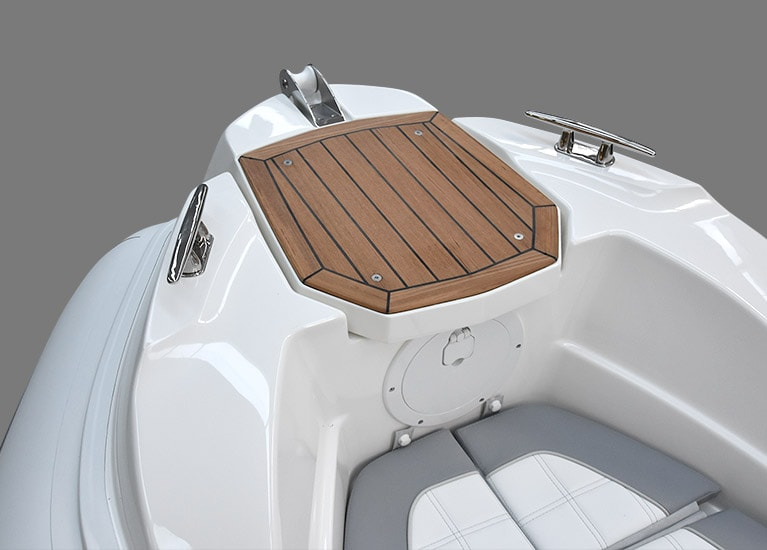 Modello 226 - Walkable bow nose with electrical anchor windlass